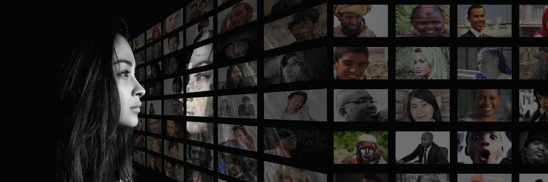 donna che guarda una serie di monitor